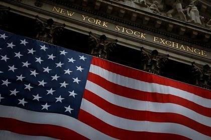 FOTO DE ARCHIVO. La Bolsa de Nueva York (NYSE, por sus siglas en inglés) se ve en el distrito financiero de Manhattan, durante el brote de coronavirus (COVID-19), en Nueva York, EEUU. 13 de abril de 2020. REUTERS/Andrew Kelly.