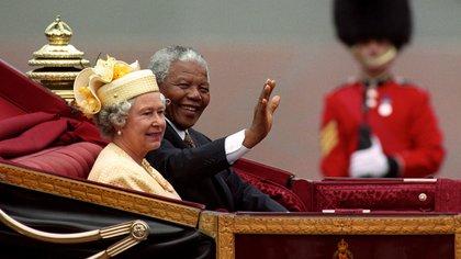 9 de julio de 1996. Nelson Mandela, presidente de Sudáfrica, y la reina Isabel II de Gran Bretaña en un carruaje por The Mall, Londres, en el primer día completo de su visita de Estado a Gran Bretaña