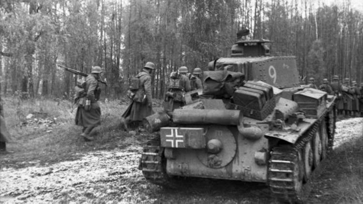 Soldados alemanes avanzan en territorio de la Unión Soviética en 1941, en medio de la Segunda Guerra Mundial