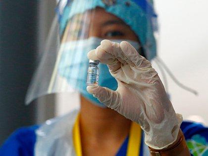 Trabajadora sanitaria muestra una dosis de Sinovac en Jakarta, Indonesia (Reuters)