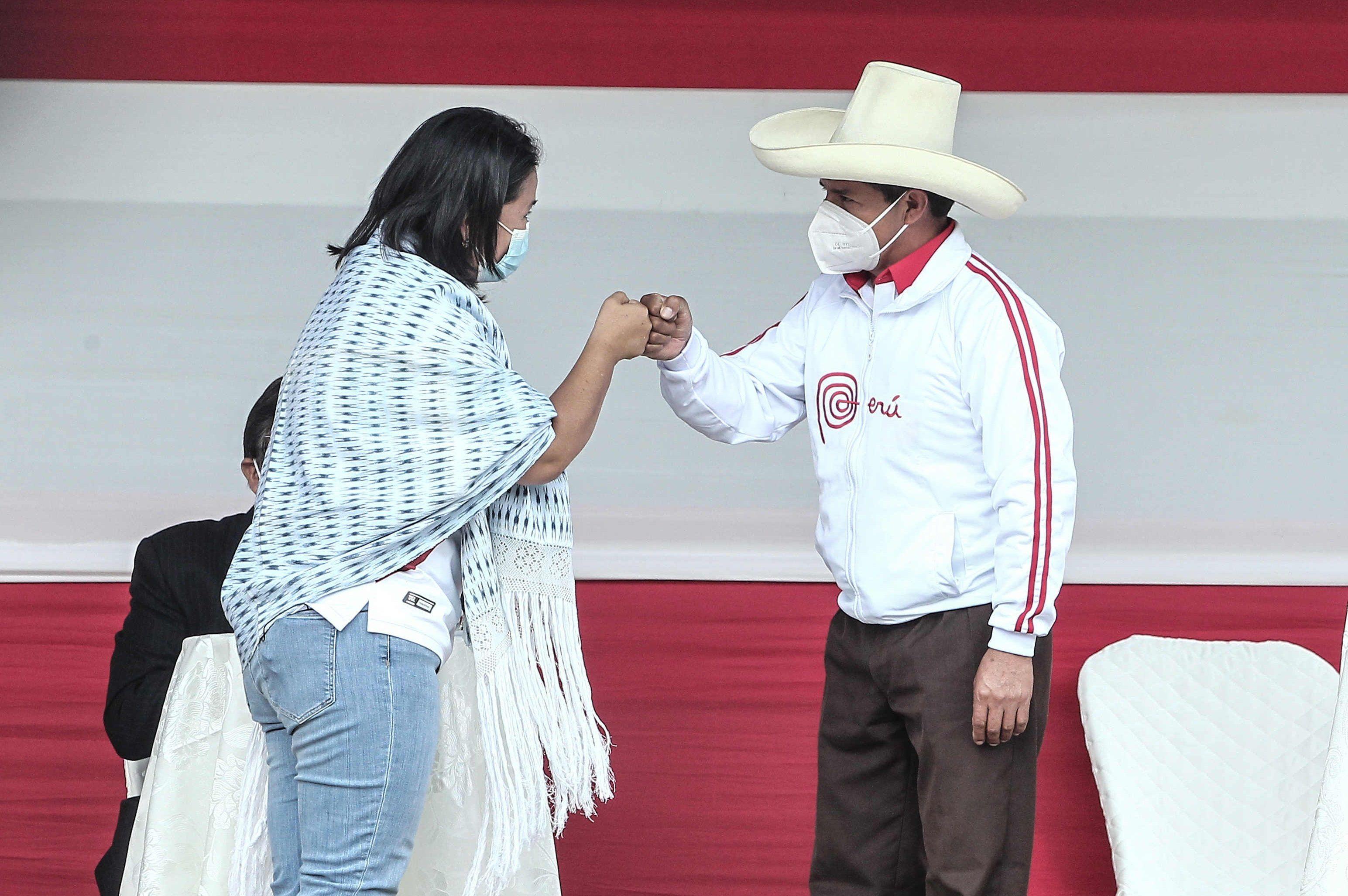 Los candidatos a la presidencia de Perú Keiko Fujimori y Pedro Castillo se saludan en un debate en la provincia norteña de Chota (Foto: EFE/Aldair Mejía)
