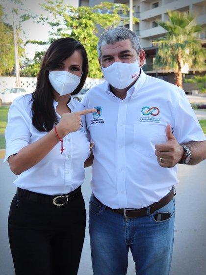 La alcaldesa de Puerto Morelos, Laura Fernández Piña y el aspirante a la presidencia municipal, Nacho Sánchez (Foto: Facebook/Laura Fernández Piña)