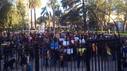 Cuando el carnicero fue detenido, los ciudadanos de Zárate pidieron por su libertad frente a la municipalidad (@igonzalezprieto)