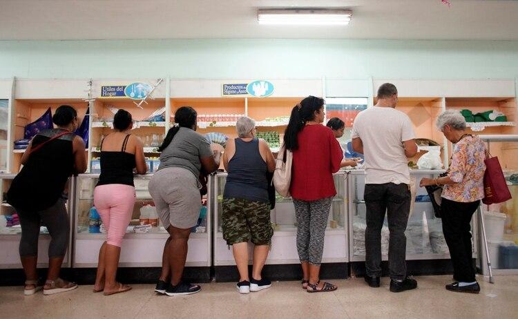 Cola en una tienda de La Habana (REUTERS/Alexandre Meneghini)