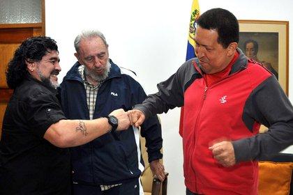 Crédito obligatorio: Keystone / Zuma / Shutterstock (1388853a) Foto Diego Maradona, Fidel Castro y Hugo Chávez Diego Maradona se reúne con Fidel Castro y Hugo Chávez, La Habana, Cuba - 23 de julio de 2011 Maradona se apresura a reunirse con el presidente venezolano.  Hugo Chávez estaba en Cuba para recibir tratamiento contra el cáncer.