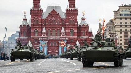 """Vladimir Putin desplegó su poderío militar en el Día de la Victoria y advirtió: """"Defenderemos firmemente nuestros intereses nacionales"""""""
