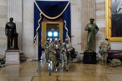Soldados de la Guardia Nacional en el interior del Capitolio de EE.UU., para prevenir nuevos disturbios antes de la asunción del nuevo presidente, Joe Biden. REUTERS/Joshua Roberts