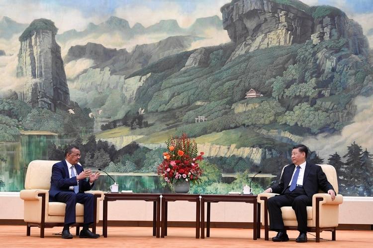 Tedros Adhanom, director general de la OMS junto a Xi Jinping el 28 de enero último (Reuters)