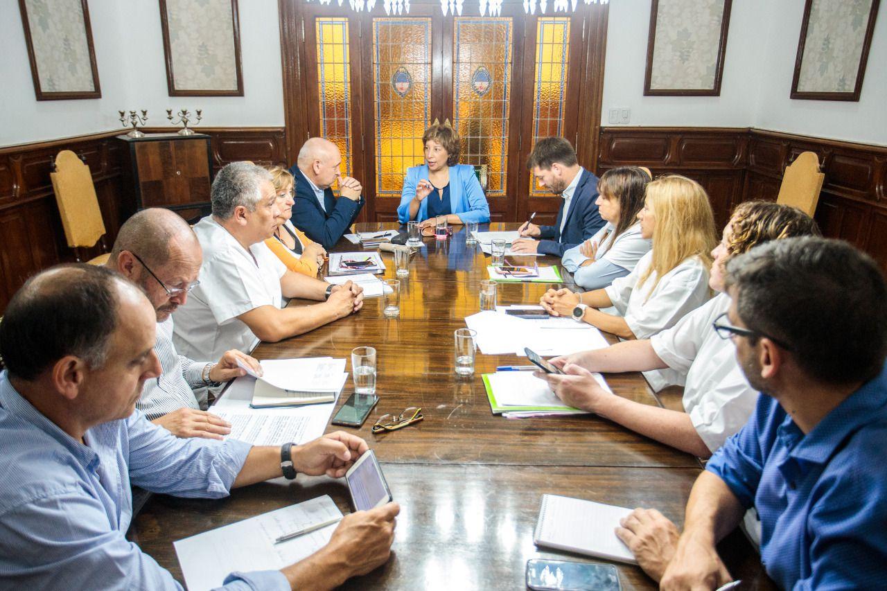La gobernadora Arabela Carreras durante una reunión de su gabinete