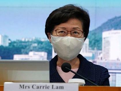 FOTO DE ARCHIVO. La directora ejecutiva de Hong Kong, Carrie Lam, con una máscara facial tras el brote de la enfermedad por coronavirus (COVID-19), asiste a una conferencia de prensa en Hong Kong. 31 de julio de 2020. REUTERS/Lam Yik