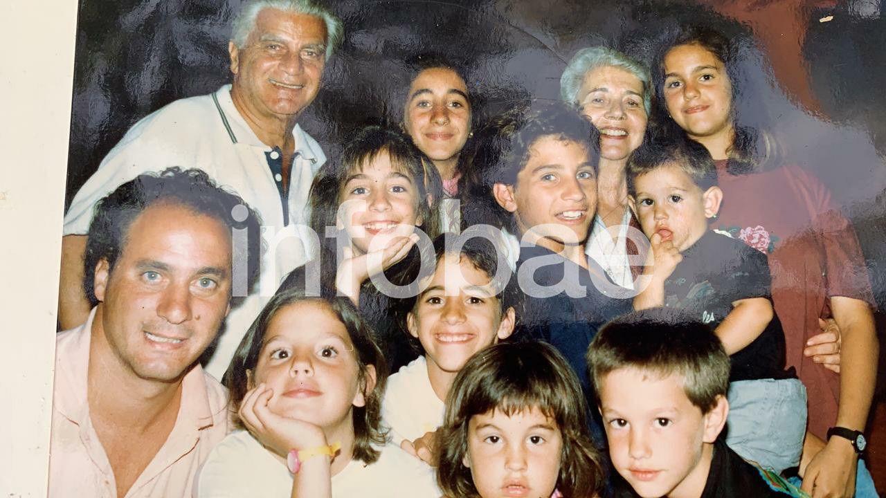 El abuelo Antonio, el padre Juan Pablo y Santiago rodeado de sus hermanos y primos