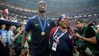 Pogba junto a su madre en la entrega de premios (Reuters)
