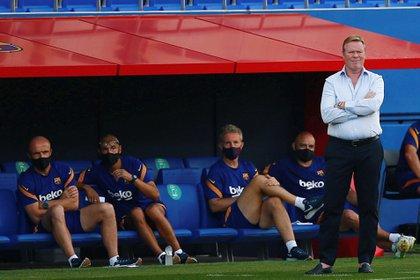 El entrenador del FC Barcelona, Ronald Koeman (d), durante el partido de pretemporada ante el Girona FC celebrado este miércoles en Sant Joan d'Espí (Barcelona). EFE/ Enric Fontcuberta