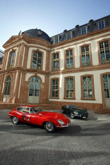Estuvo en el mercado desde 1961 a 1975, con versiones coupé y cabriolet