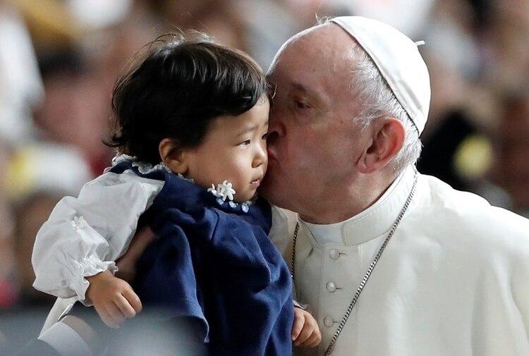 El Papa Francisco besa a un niño antes de una misa multitudinaria en el Domo de Tokio. Noviembre 25, 2019. REUTERS/Kim Hong-Ji