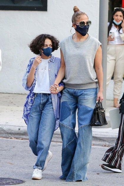 Paseo familiar. Jennifer Lopez y su hija, Emme Muniz, recorrieron las calles de Miami. Primero compraron pastas en un restaurante italiano, y luego ingresaron a los locales de Gucci, Valentino y Lulu Laboratorium. Allí, debieron hacer fila, siguiendo los protocolos del COVID-19, hasta que la seguridad de las tiendas reconoció a la actriz y las dejaron pasar sin tener que esperar