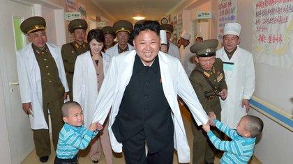 Los niños destinarán una hora y media diarias a la veneración de sus líderes supremos (AFP)