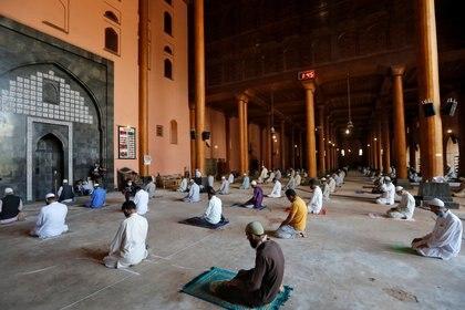 Musulmanes rezan manteniendo la distancia social en la India. REUTERS/Danish Ismail/File Photo