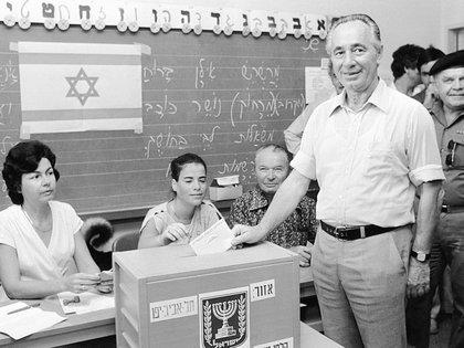 El entonces líder del Partido Laburista israelí, Shimon Peres, votando las elecciones generales de 1981 (AP)
