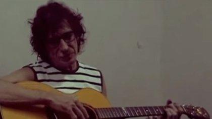 Charly García improvisa con una guitarra mientras espera ser liberado