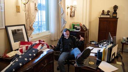 Richard Barnett se sienta en la oficina de la Presidenta de la Cámara de Representantes, Nancy Pelosi (Foto de SAUL LOEB / AFP)