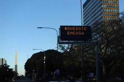 """""""Quedate en casa"""", rezaba un cartel electrónico frente al obelisco porteño REUTERS/Matias Baglietto"""