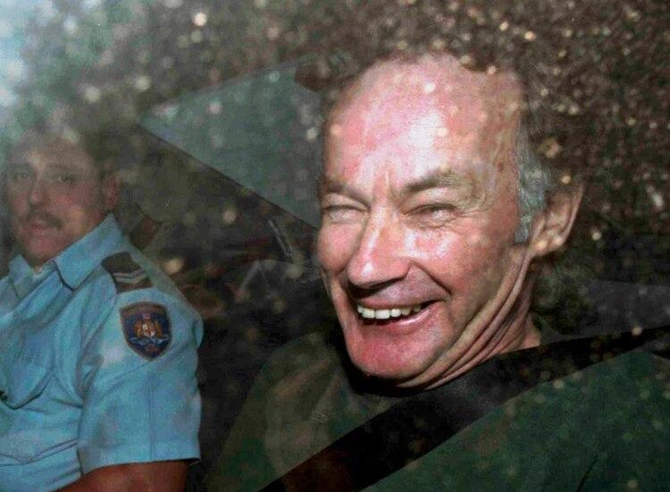 Milat, camino a la corte de Sidney, con una sonrisa en el rostro. Según los fiscales, nunca mostró arrepentimiento (AP Photo/Rick Rycroft, File)