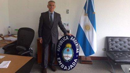 Eduardo Porretti, ministro a cargo de la Embajada Argentina en Caracas, en plena mudanza a su nuevo edificio.