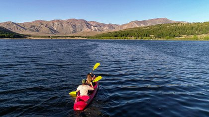 La laguna La Zeta se halla en un notable estado de conservación ambiental y es de fácil acceso para la comunidad, los visitantes y los turistas, por su cercanía con el centro de Esquel y por tratarse de un espacio municipal, público y gratuito (Turismo y Gestión)