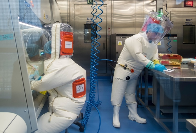 Investigadores en el laboratorio de Wuhan (Johannes Eisele/ AFP)