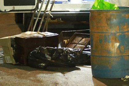 Las cajas cayeron sobre República de Chile, ahí fueron abandonadas y llegó otro sujeto, quien intentó llevarse la basura (Foto: Luis Carbayo/cuartoscuro.com)