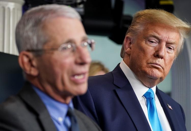 Donald Trump escucha al doctor Anthony Fauci (REUTERS/Kevin Lamarque)