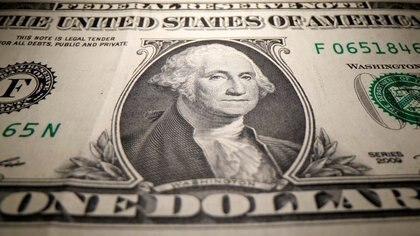 El precio del dólar oficial asciende 30% en 2020; el del blue, un 158 por ciento (Reuters)