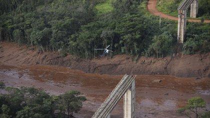 Vista aérea tomada después del colapso de una represa que pertenecía a la gigantesca empresa minera de Brasil Vale, cerca de la ciudad de Brumadinho. (AFP)