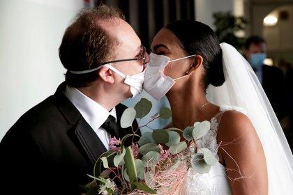 Una pareja se besa en su boda sin invitados en Nápoles, Italia (Reuters)