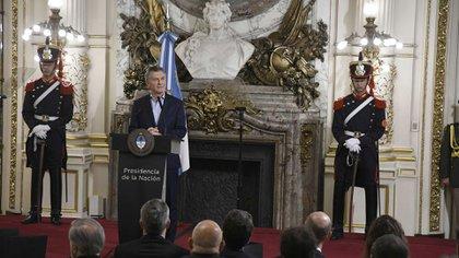 Mauricio Macri anuncia el decreto que prohíbe contratar familiares de ministros.