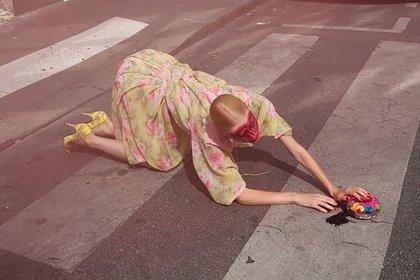 """""""Pensé que nunca lo diría... ¡No salgo más!"""", y se ve a una modelo en la calle (@MCiatica)"""