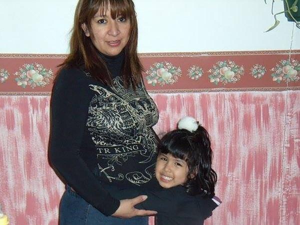 Sofía abraza la panza de su mamá, donde crece Giuliana, su hermanita