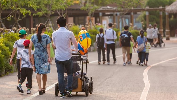 Una familia pasea en Seúl, Corea del Sur (Shutterstock.com)