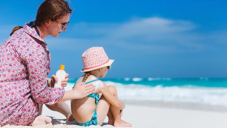 Los niños sufren la acción de los rayos solares con mayor intensidad que los adultos (Shutterstock)