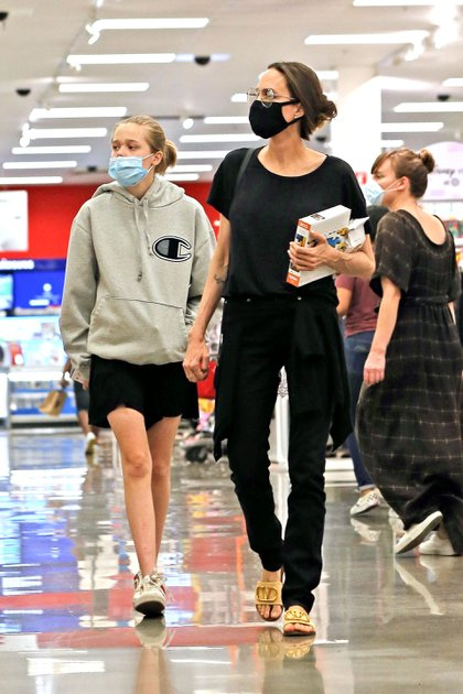 Mamá full time: Angelina Jolie hizo compras en un supermercado, con su hija, Zahara Jolie-Pitt, en West Hollywood. Ambas estaban protegidas con barbijos. La actriz intentó pasar inadvertida con un look informal, completamente negro (Foto: Backgrid / The Grosby Group)