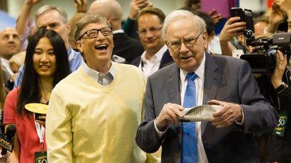 Bill Gates y Warren Buffett discuten las habilidades de lanzamiento de periódicos durante la 50ª reunión anual de accionistas de Berkshire Hathaway, en el Centro CenturyLink en Omaha, Nebraska (Photo by Zuma/Shutterstock)