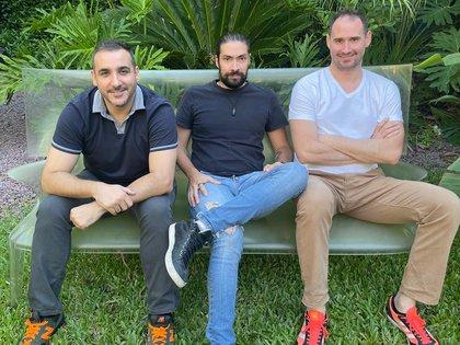 De izquiera a derecha: Javier Cuello, Iván Fardjoume y Emiliano Buitrago,  creadores de la startup de logística inteligente en salud, H+Trace