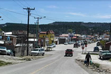 La avenida Gran Visión es el único acceso por vehículo a Creel y, pese a la inversión que ha recibido, la calle tiene poca iluminación, baches y luce deteriorada.