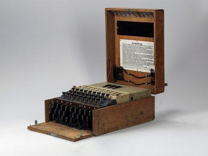 Una máquina Enigma de las usadas por los nazis para cifrar mensajes durante la II Guerra Mundial ha sido subastada este jueves por 117.800 euros en Viena. EFE/Wiener Dorotheum