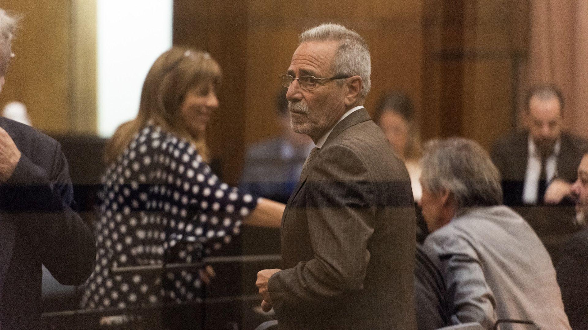 La fiscal Baigún, en segundo plano, detrás de Jaime, cuando comenzó el juicio por enriquecimiento ilícito.