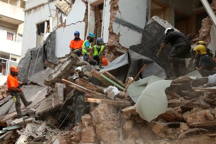 Equipos de rescate buscan entre los escombros de edificios derrumbados por la enorme explosión en el área portuaria de  Beirut (REUTERS/Mohamed Azakir)