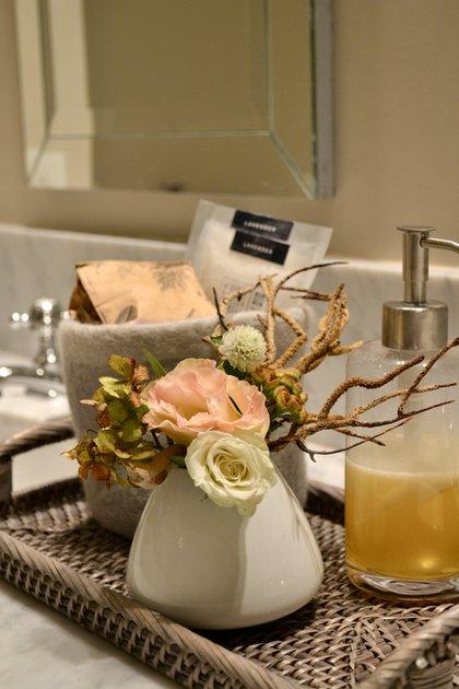Lospequeños arreglos de flores en baño de invitados dan vida al ambiente y purifican el espacio