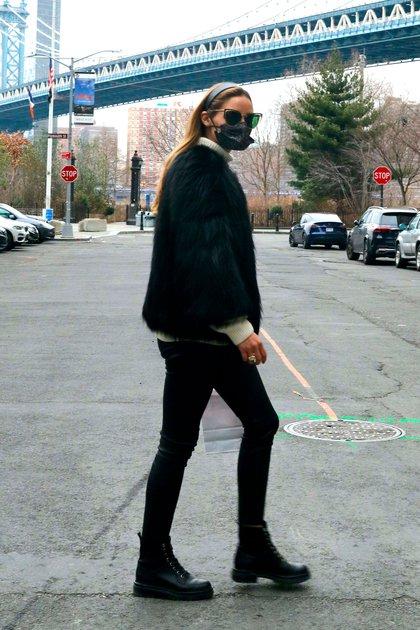 Olivia Palermo marcó tendencia con su look. La actriz paseó por las calles de Nueva York y lució unas leggings de cuero negras, un tapado de piel del mismo color y una polera blanca. Además, llevó puesto su tapabocas, lentes de sol y una vincha en la cabeza