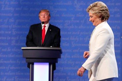 Hillary Clinton se convirtió en el blanco de las peores teorías para los seguidores de QAnon. Donald Trump sería en cambio el salvador (REUTERS/Rick Wilking/File Photo)